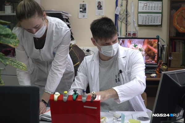 Эксперты СФУ проверяют образцы воды