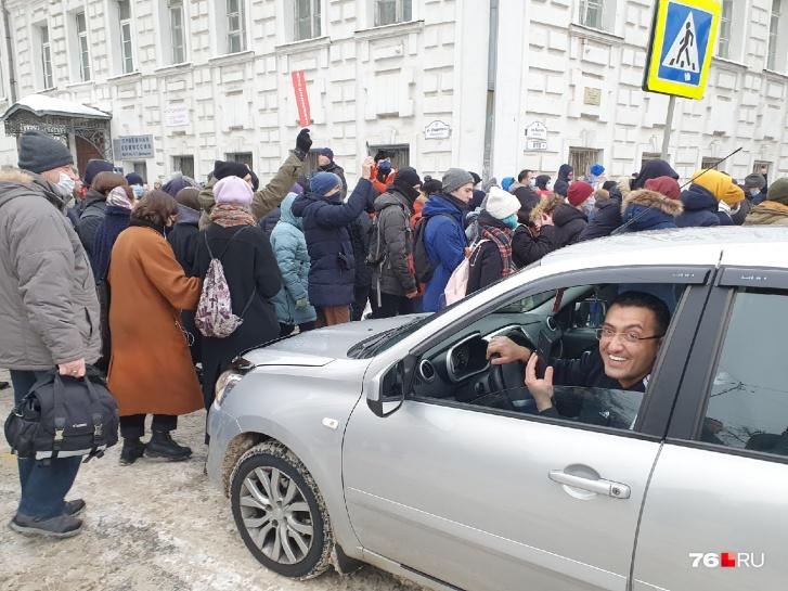 — Идите, вам нужнее, — водитель на улице Свободы пропустил шествие
