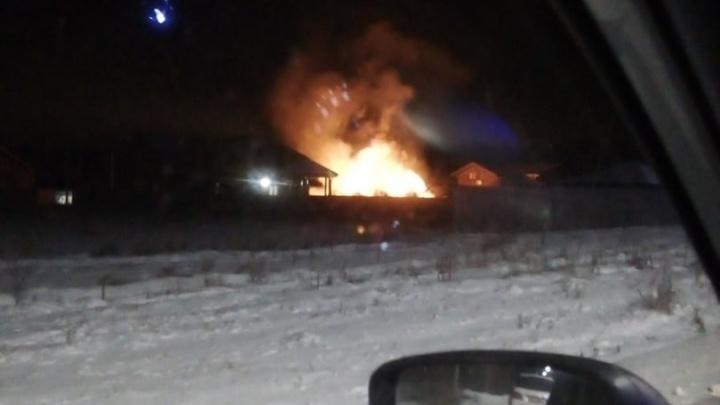 Под Тюменью произошел пожар. Сгорел гостевой двухэтажный коттедж