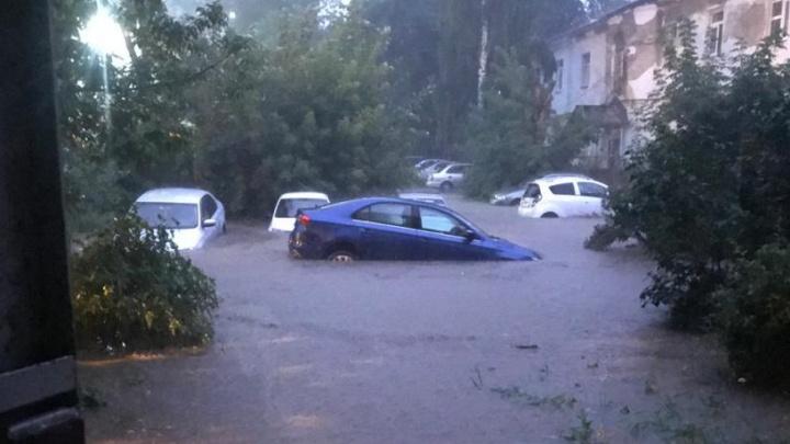 Поплыли машины и асфальт: как Екатеринбург пережил мощнейший ливень