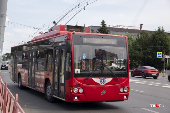 Часто водители троллейбусов и больших автобусов держат переднюю дверь всегда закрытой