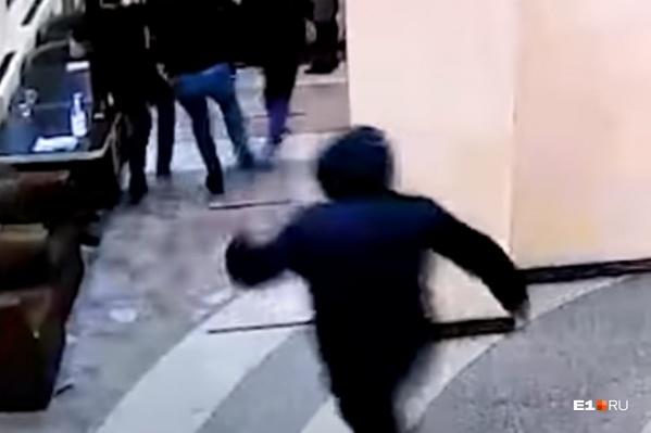Полицейский устроил конфликт в баре, его выгнали из заведения, но потом он вернулся и напал на посетителя с ножом