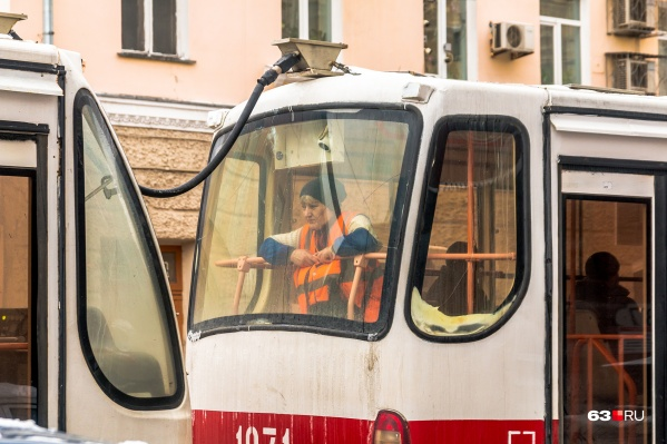 Из-за недостатка кадров в некоторых трамваях работает по одному кондуктору на два вагона