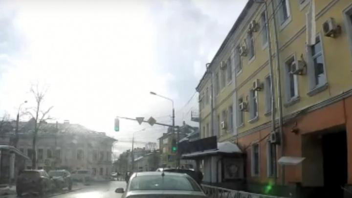В центре Ярославля на людей обрушилась ледяная глыба с крыши. Момент попал на видео
