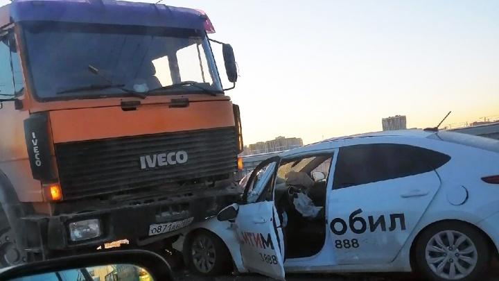 Hyundai Solaris залетел под грузовик дорожников на Октябрьском мосту