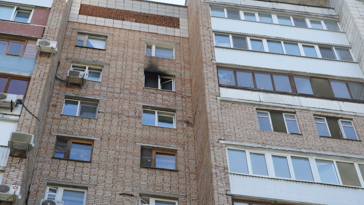 При пожаре в многоэтажке напротив ЦУМа мужчина выпал с балкона