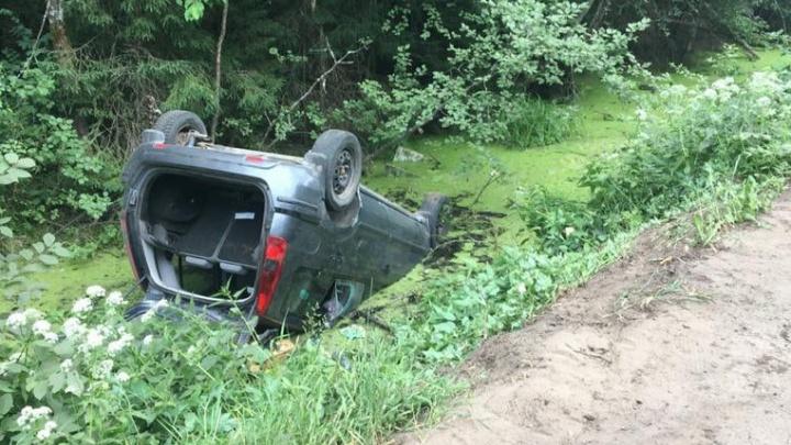 «Машину засосало в ил»: в Ярославской области автомобилисты, объезжая ямы, переворачиваются в канаву