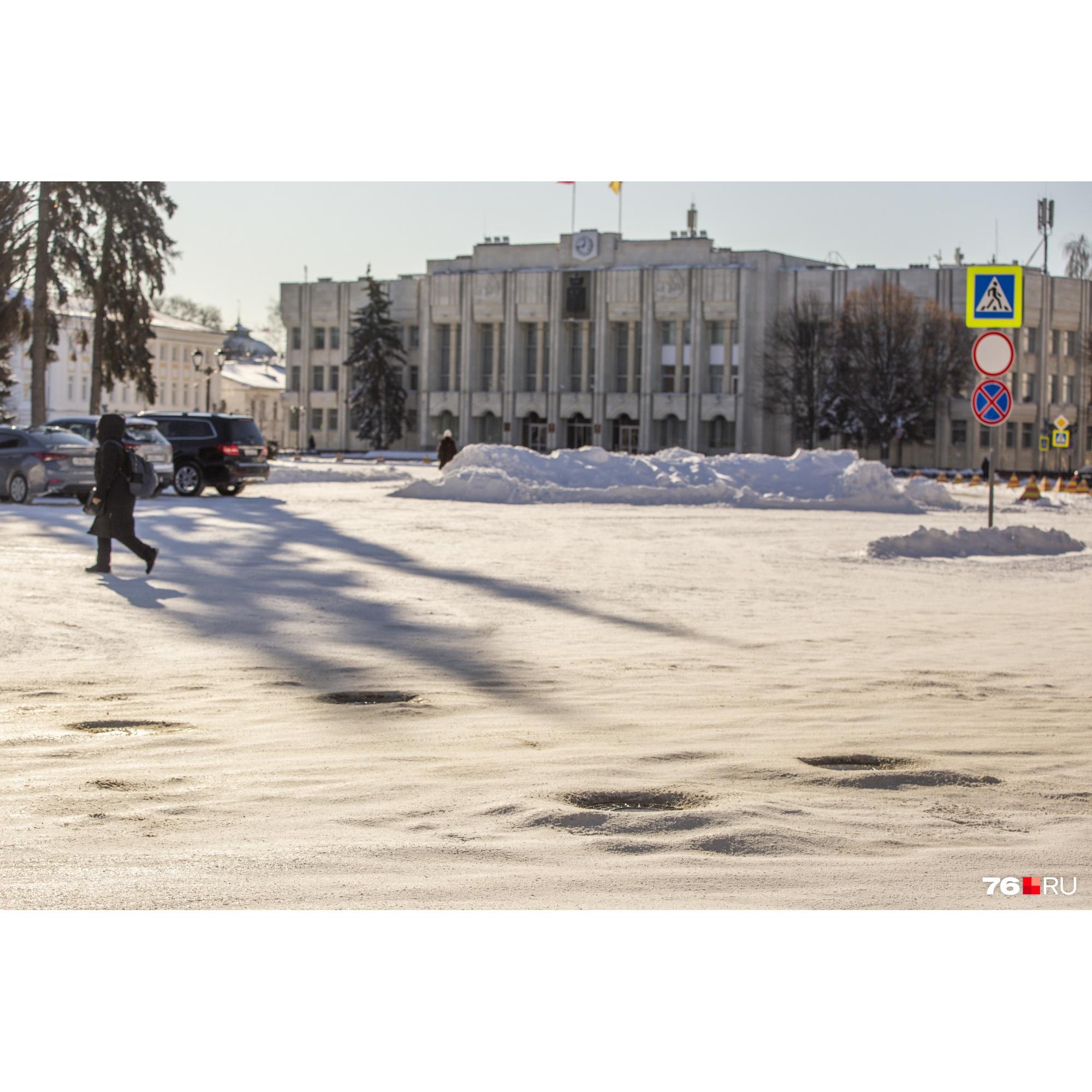 Под окнами у губернатора коммунальщики сгребли кучу снега с Советской площади