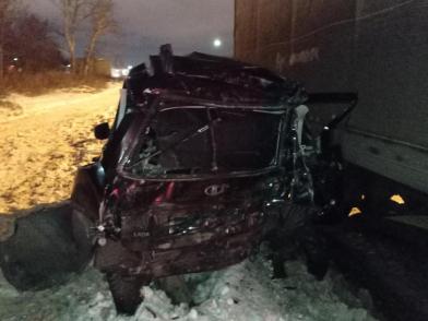 В Ярославле у въезда на мост грузовик расплющил легковушку: есть пострадавший. Видео