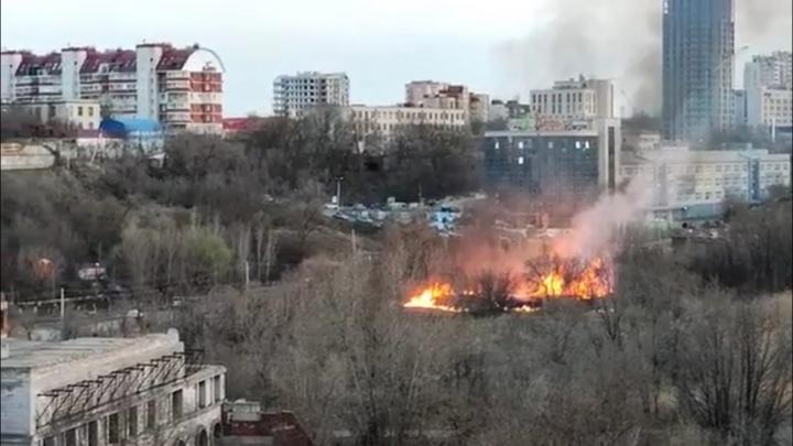 В Волгограде огонь подбирается к бизнес-центру «Дельта» в пойме реки Царицы