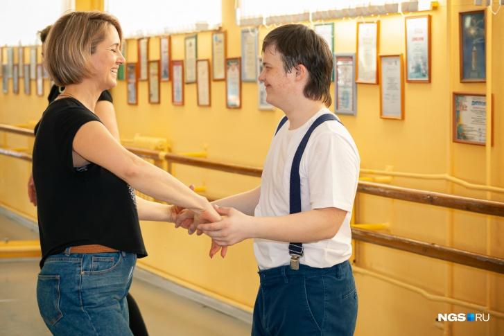 Родители учат движения вместе со своими детьми, а потом помогают им