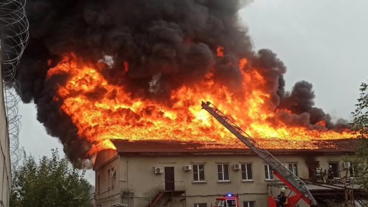 В Ярославле вспыхнуло здание с офисами и складами: кадры с места ЧП