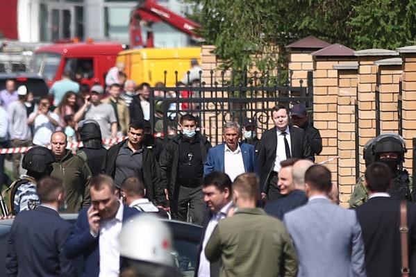 В сопровождении нескольких человек Минниханов прошел за оцепление