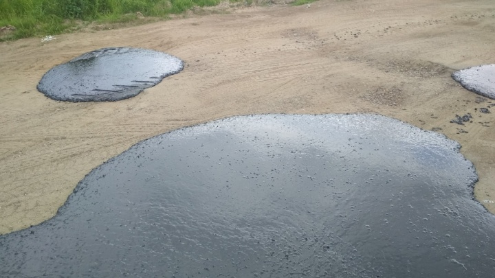 «Диарея асфальтного мамонта»: в Ярославской области дорогу отремонтировали шлепками асфальта
