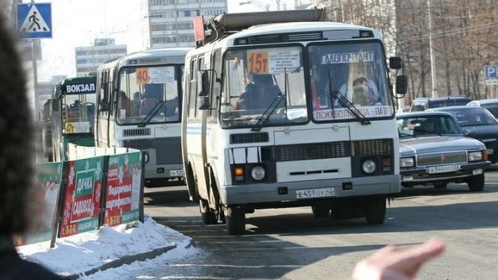 Водители маршруток в Кемерово просят оплачивать проезд им на карту. Замгубернатора объяснил, чем это грозит