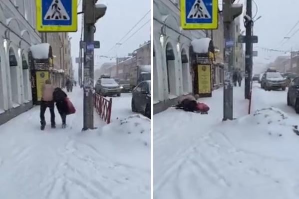 Неадекватный мужчина накинулся на проходившую мимо девушку