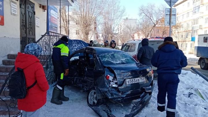 Авто выкинуло к дому: в Самарской области Lada протаранила Mercedes