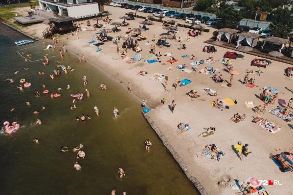 В середине мая пляжи были заполнены