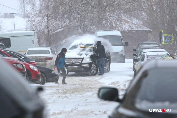 Автомобилистам стоит подготовиться откапывать свои машины от снега