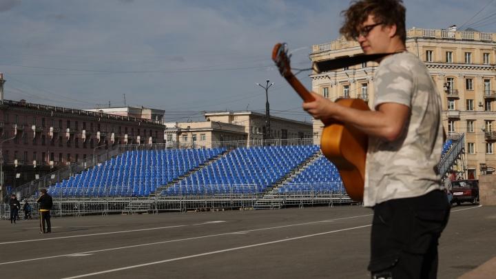 В центре Челябинска начали монтировать трибуны к9Мая. Наних будет втрое больше зрителей, чем обычно
