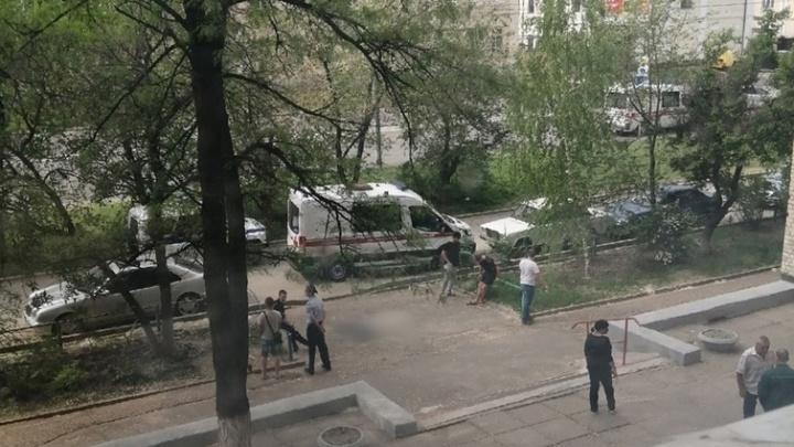 В Волгограде неизвестный мужчина упал с крыши общежития ВолгГТУ