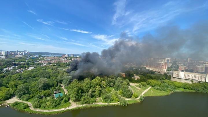 «Пошли взрывы, либо баллоны, либо шифер»: в Заречном загорелись три частных дома