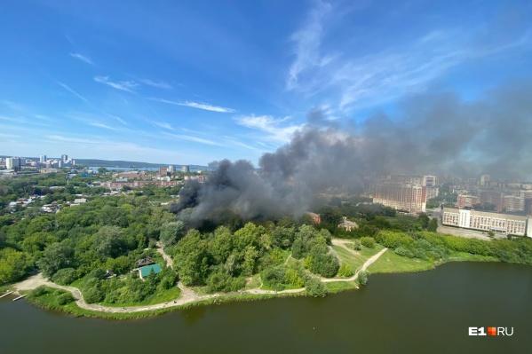 По словам местных жителей, это уже пятый пожар в этом районе за последние десять дней