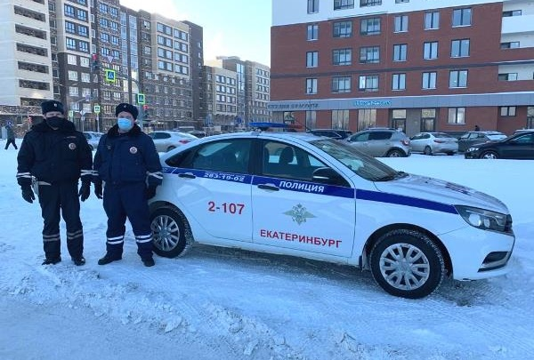 В Екатеринбурге сотрудники ГИБДД спасли от мороза плакавшую школьницу