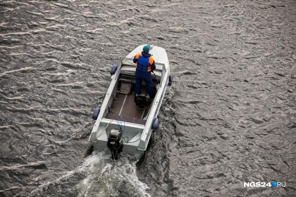 Вещи пропавшего ребенка найдены на берегу озера, поэтому туда направили водолазов