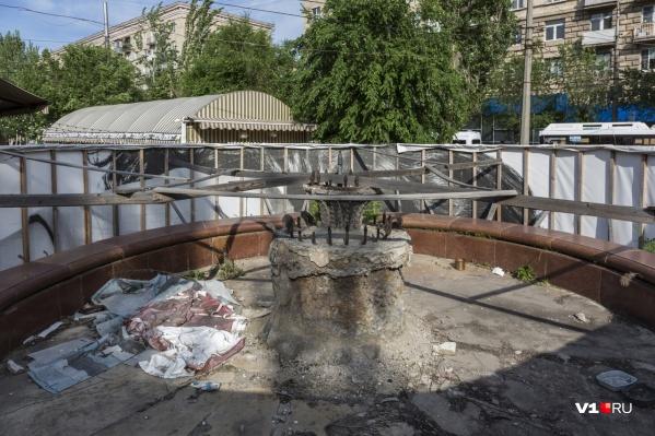В таком состоянии сейчас находится фонтан на улице Порт-Саида