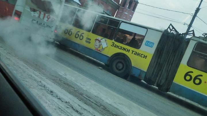 В центре Ярославля троллейбус угодил в ДТП: скапливается пробка