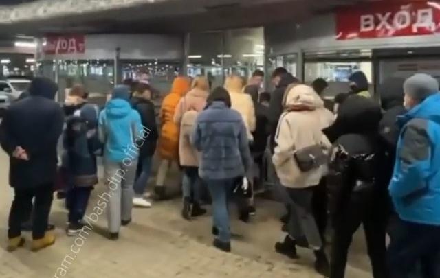 «Мегаочередь». Уфимцы атакуют крупный торговый центр
