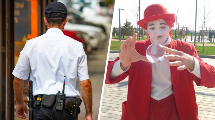 В Ростове полиция задержала клоуна на уличном представлении. Зрители попытались его отбить