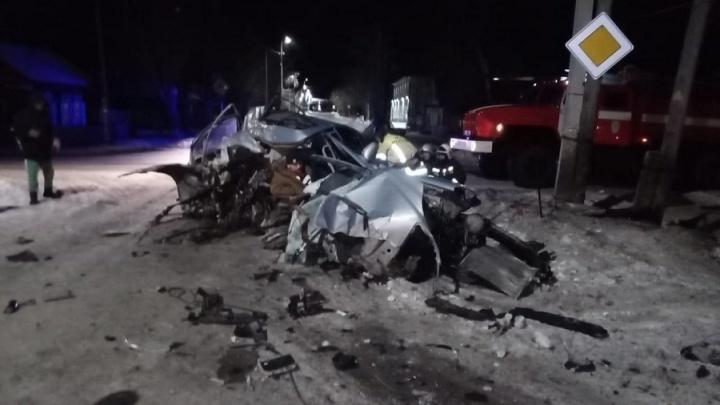 В Курганской области водитель без прав разбил свой Mercedes об дерево