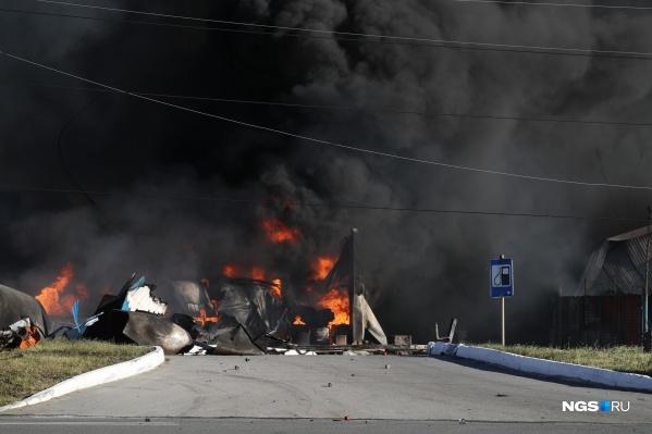 Пожар начался в седьмом часу вечера на территории газозаправочной станции