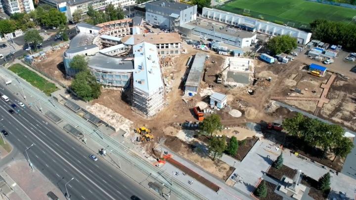 Горы стройматериалов и разрытая площадка: показываем, как ремонтируют сквер около Фабрики-кухни