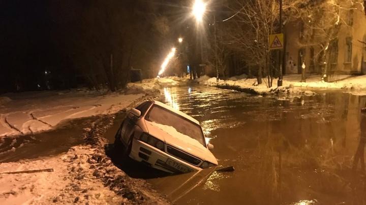 В Челябинске из-за коммунальной аварии машина ушла под воду