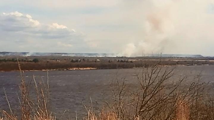 С острова между Новодвинском и Архангельском валят клубы дыма. В МЧС объяснили причину