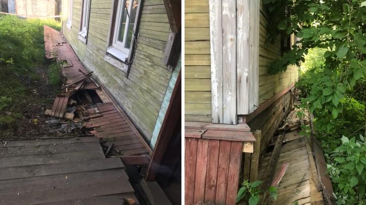 В Архангельске вновь сошел со свай деревянный дом. В нем остаются жить люди