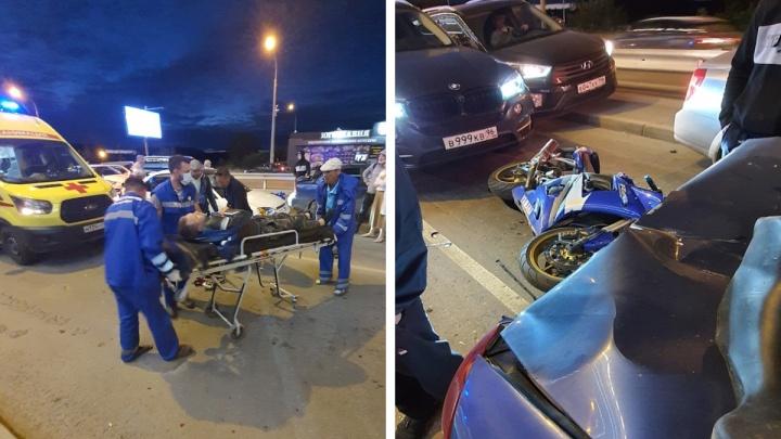 «Скорость была бешеная». В Екатеринбурге мотоциклист протаранил четыре машины и попал в реанимацию