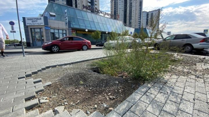 В челябинской мэрии рассказали, что будут делать с площадкой возле МФЦ, развалившейся меньше чем за год
