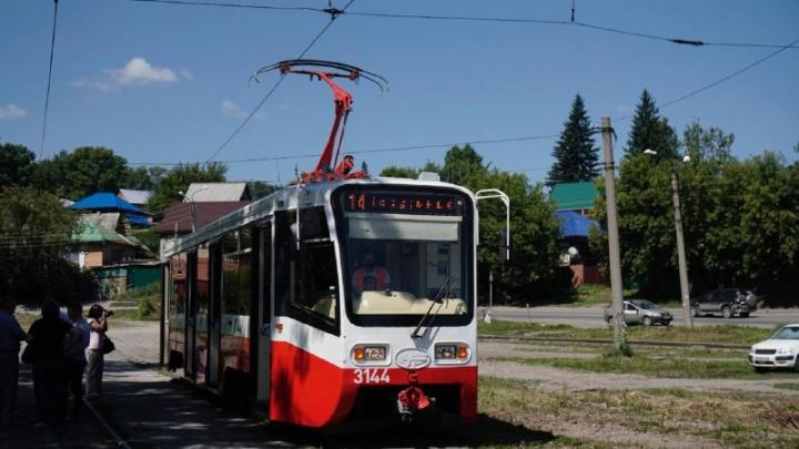 На линию в Новосибирске запустили отремонтированный московский трамвай — смотрим, как он выглядит