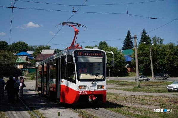 Это первый трамвай в Новосибирске с кондиционером, рассказал главный инженер МКПБ Максим Келлер