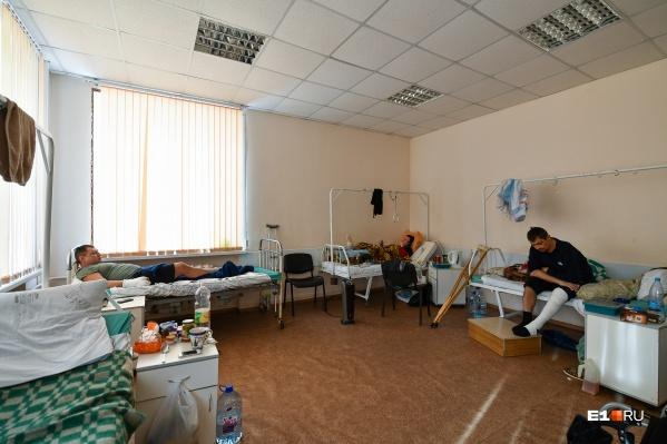 Пациенты пожаловались, что долго ждут операции, а в палатах антисанитария