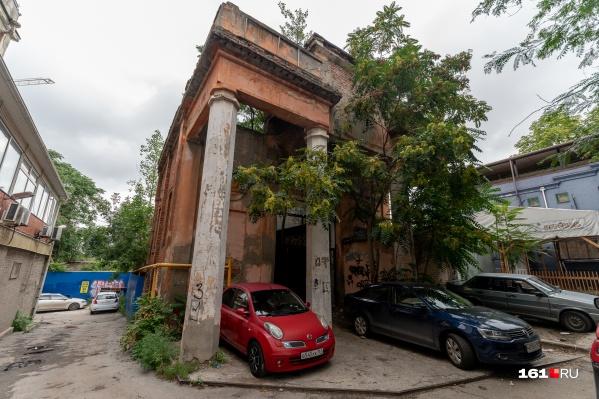 Остатки городской истории за «Золотым Колосом»