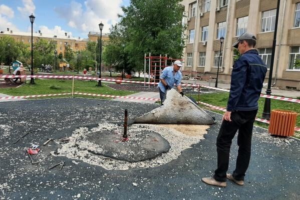 У ДК Тракторозаводского района начался демонтаж покрытия на новой площадке. Она не прослужила и года