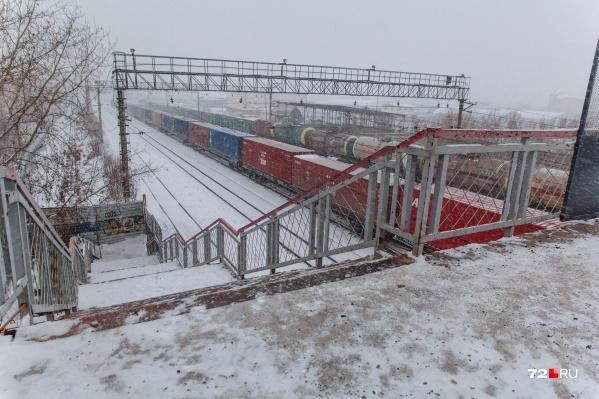 О существовании этого моста многие тюменцы даже не догадываются, тем не менее он стоит в конце улицы Холодильной уже более полувека