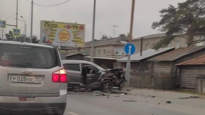 В Тюмени на Мысу автомобиль вылетел на встречку — на месте образовалась пробка