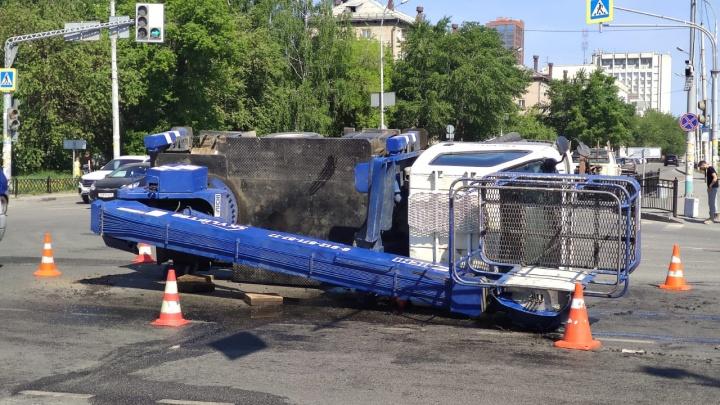 «Уберите разлив топлива!» На улице Малышева в Екатеринбурге перевернулась автовышка