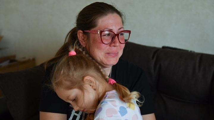 «Папочки больше нет». Екатеринбурженка с дочкой после внезапной смерти мужа может оказаться на улице